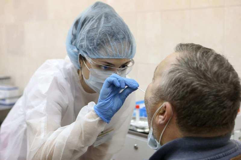 Взятие мазка из зева и носа при коронавирусе