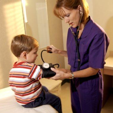 В педиатрии: измерение АД